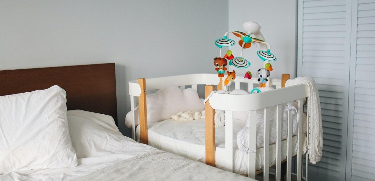 Dziecko śpiące w sypialni rodziców
